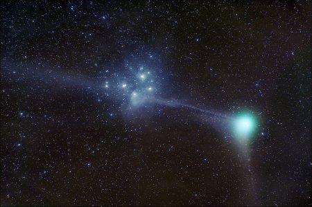 Комета Мачхолц рядом с Плеядами